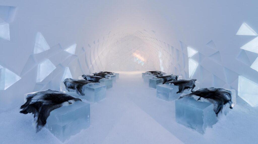 À l'intérieur de la chapelle de glace, en Suède.