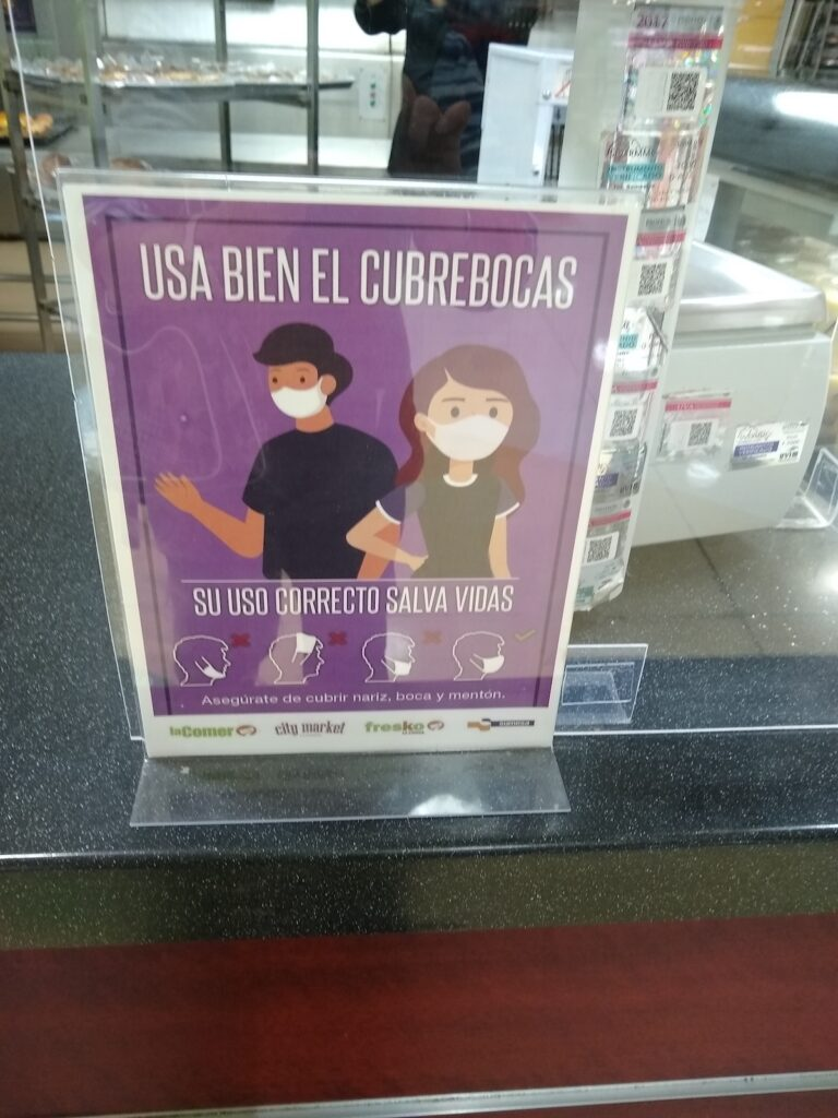 A sign encouraging wearing masks in Spanish.
