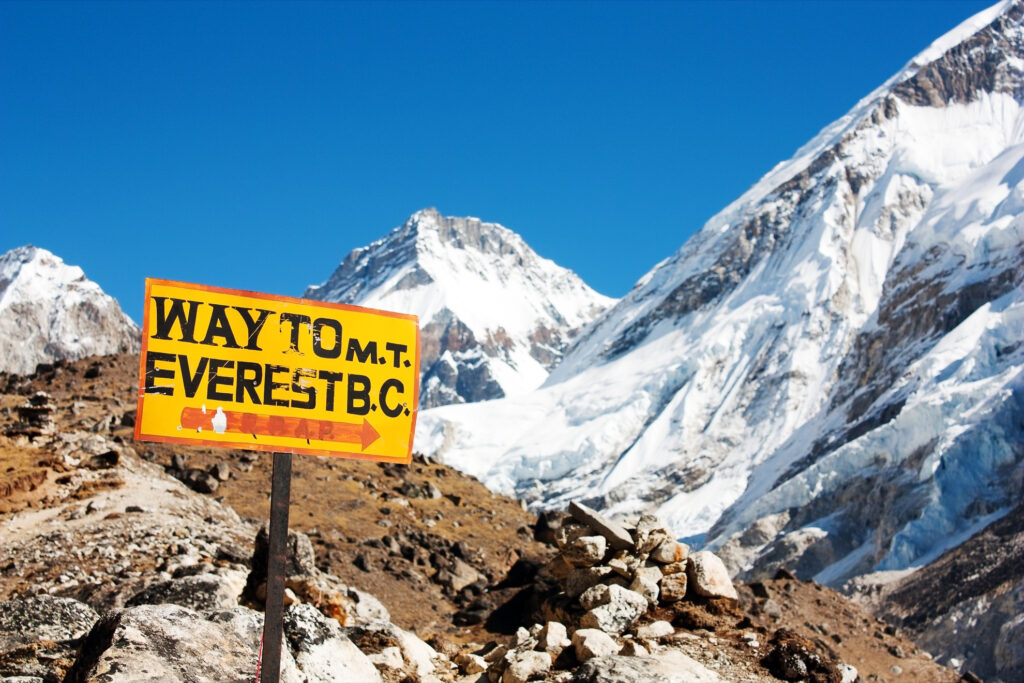 A sign pointing towards Mount Everest.
