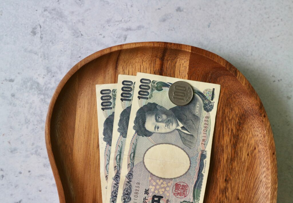 A small tray with cash at a restaurant.