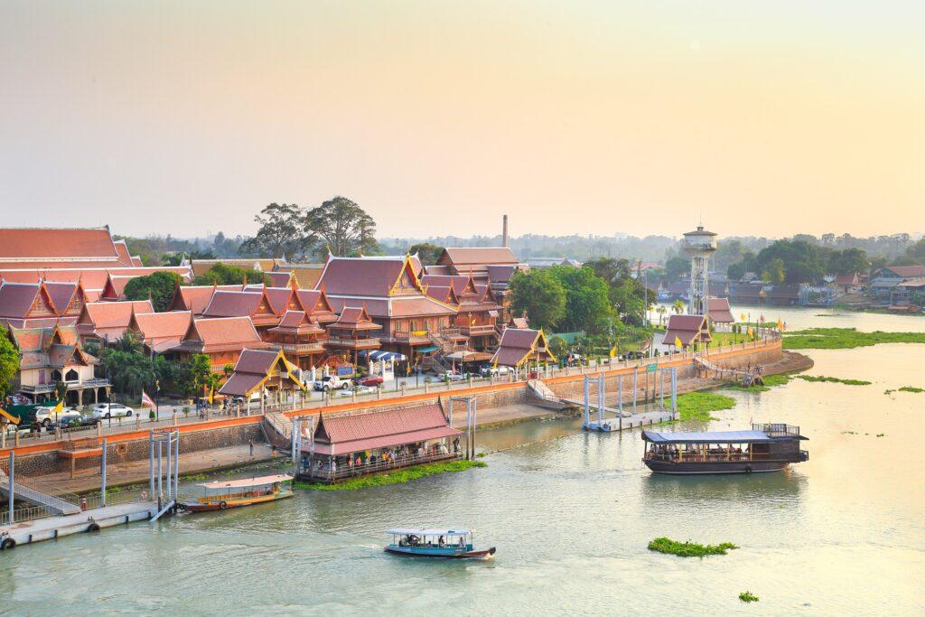 A tourist boat near Wat Phananchoeng.