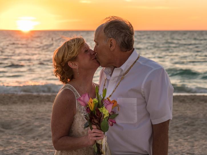 couple kiss on the beach