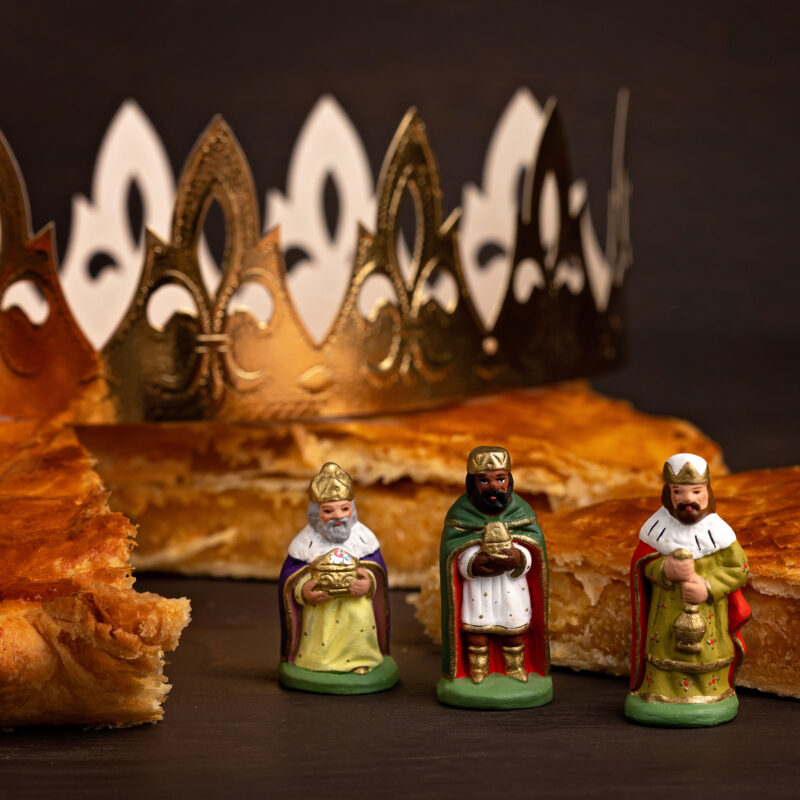 Figurines of the Three Wise Men and a King Cake.