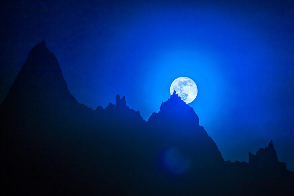 Full moon behind a Mont Blanc peak
