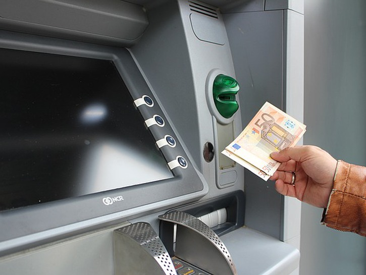Man withdraws Euro notes from ATM