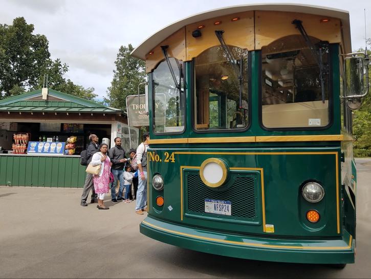 Old-fashioned bus, Niagara Falls