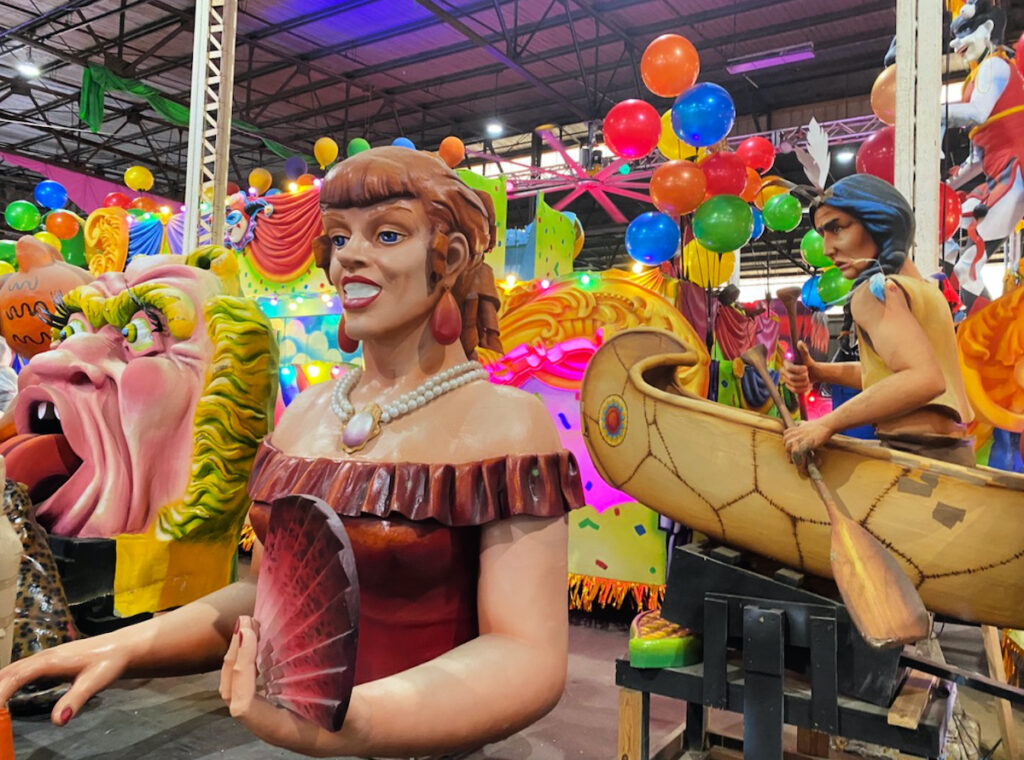 Parada floats in New Orleans.