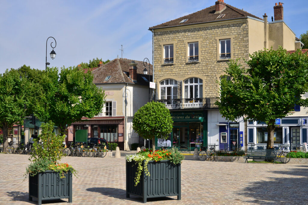 Shops and restaurants in Auvers-sur-Oise.