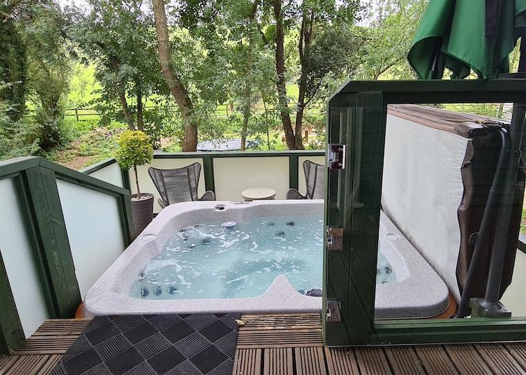 The hot tub at Winchcombe Farm.