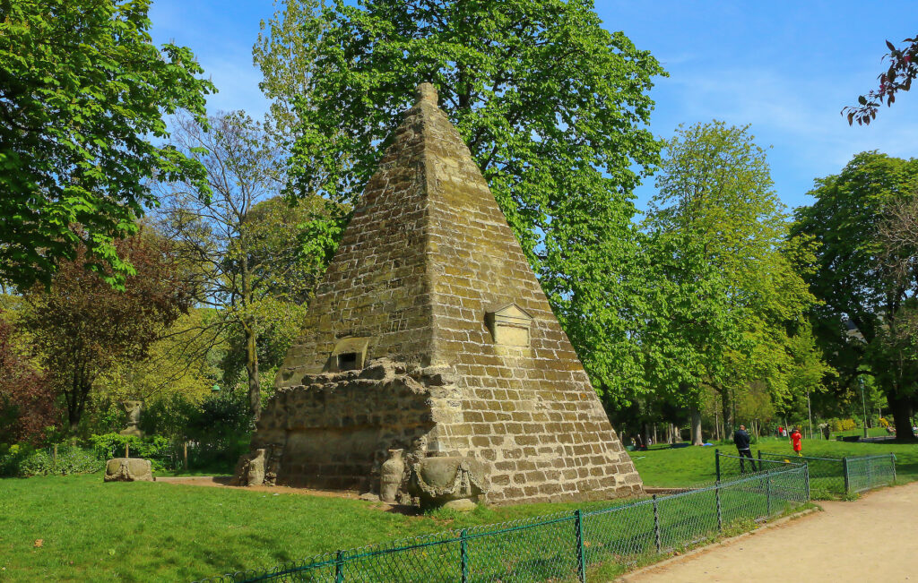 The mini Egyptian-inspired pyramid in Parc Monceau.