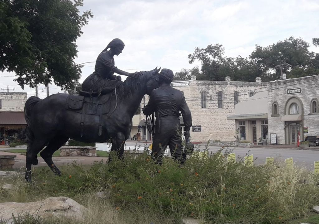 The statue of the first family of Glen Rose.