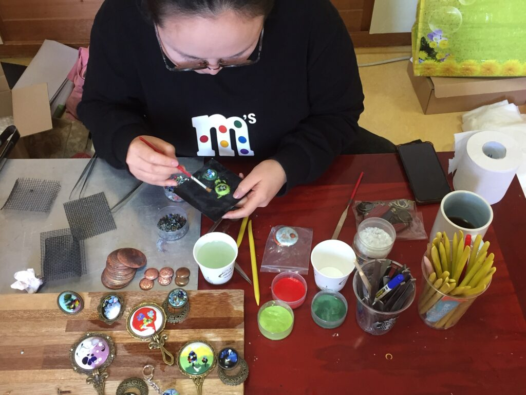 The writer making a keychain in Bukchon.