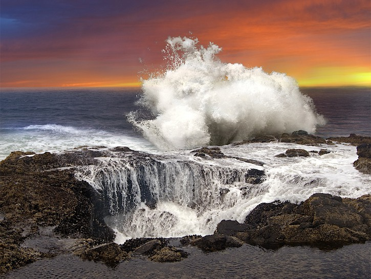 Water pours into Thor's Well, Oregon