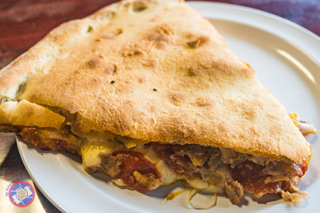 "Įdaryta pica ""Della Venturas"" picerijoje."