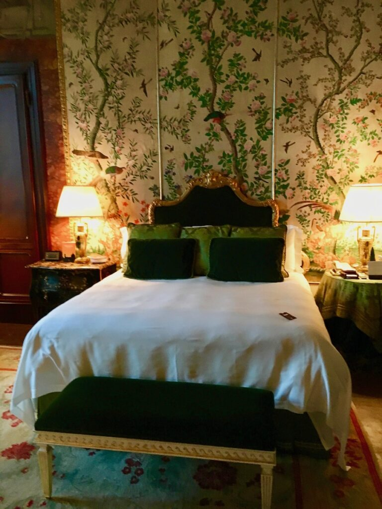 A bedroom in the Four Seasons Florence.