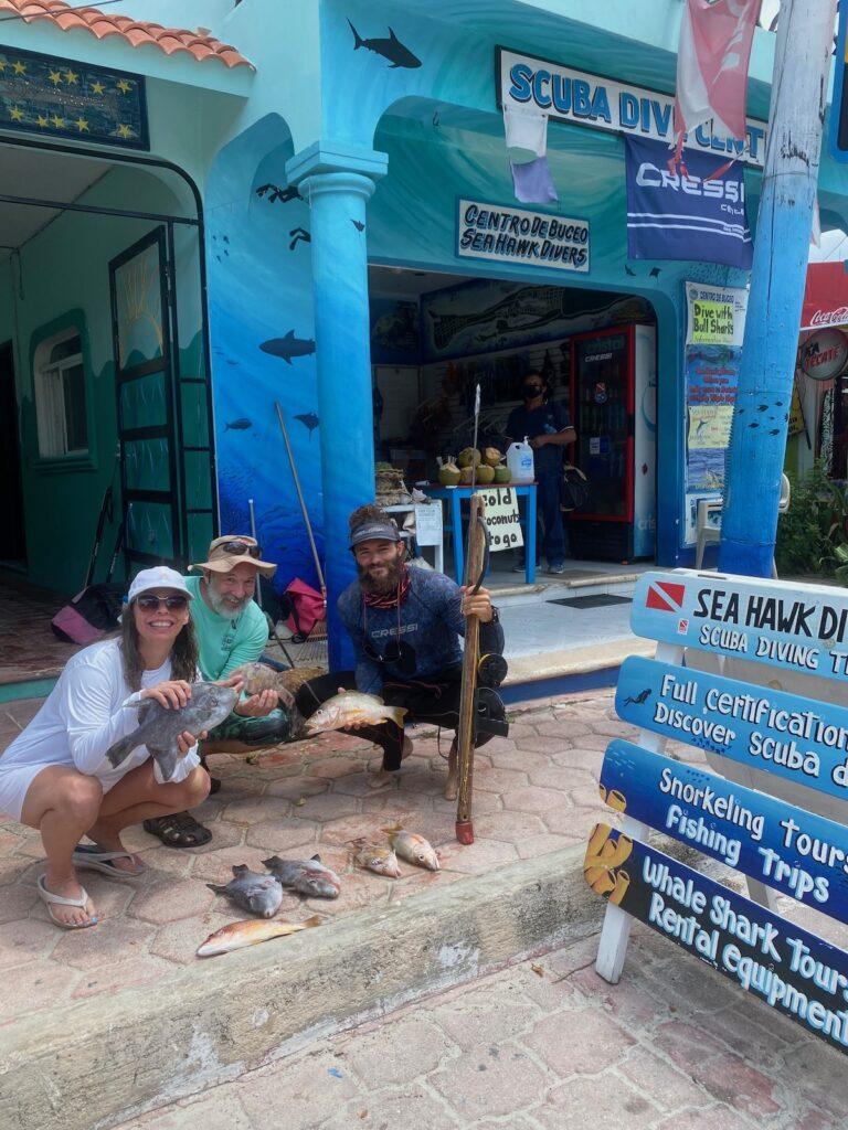 El autor con pescado capturado, Sea Hawk Diving.