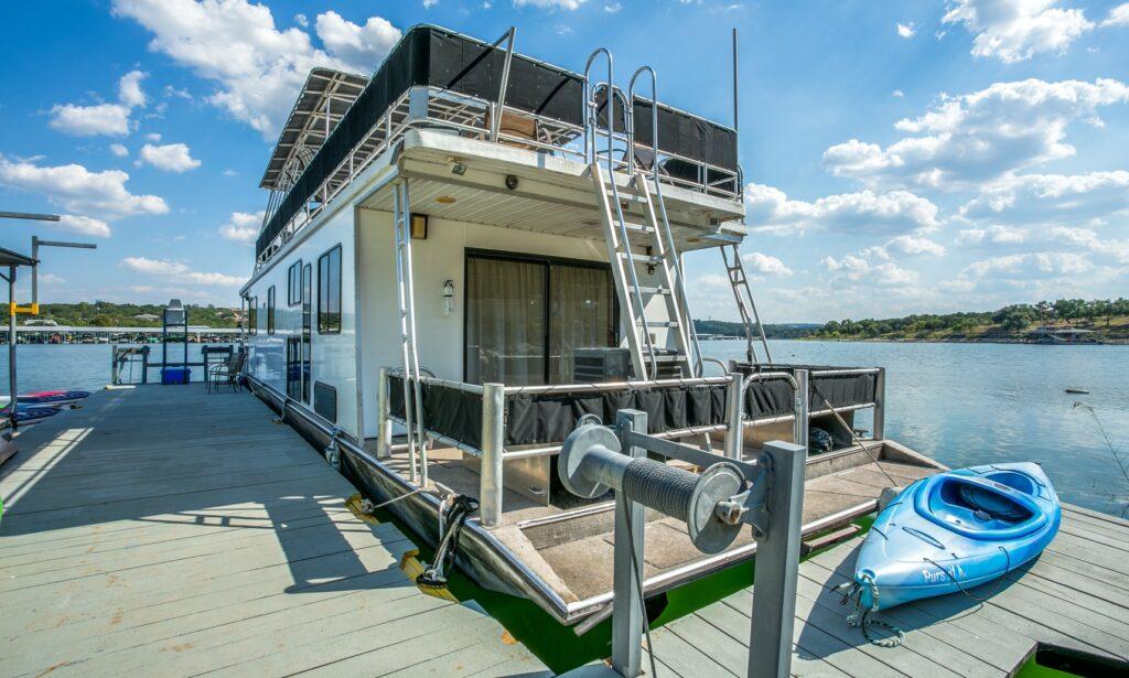 Housboat for rent on Lake Travis GetMyBoat.com