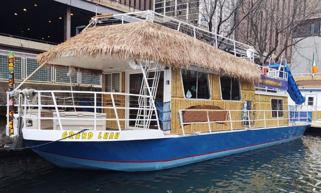 Party Boat for rent in Chicago Up To 24 Guests, WIth Bar, Captain And Crew