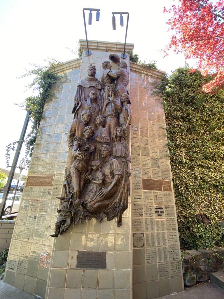 Grande sculpture d'hommes et de femmes dans les rues d'Ashland, Oregon.