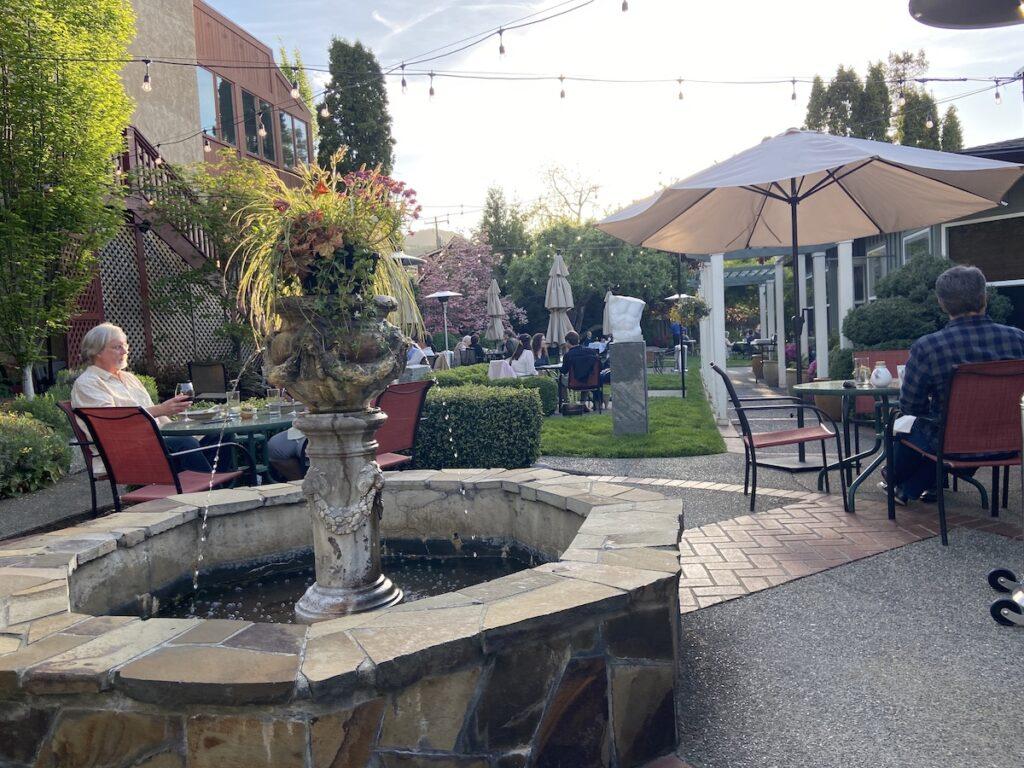 La cour du Peerless Restaurant & Bar à Ashland, Oregon.