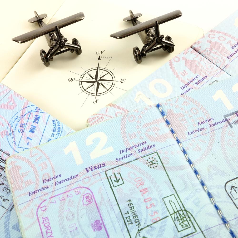 Pasaportes, rosa de los vientos de un atlas y aviones de juguete