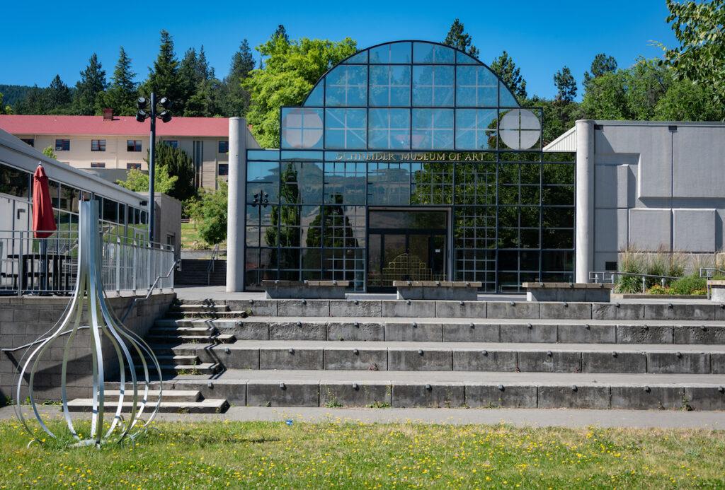 Panneau de verre à l'entrée du Schneider Museum of Art, situé sur le campus de la Southern Oregon University.