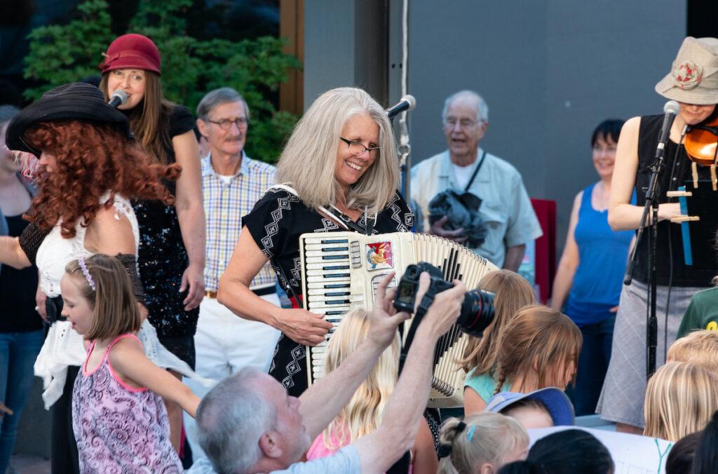 """Stephany Smith Pearson des Bathtub Gin Serenaders se produit gratuitement en plein air """"Spectacle vert,"""" lieu six soirs par semaine au Festival Shakespeare de l'Oregon."""