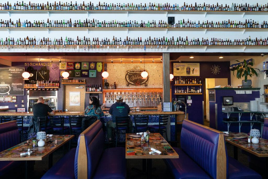 Salle à manger et bar de la Caldera Brewing Company.