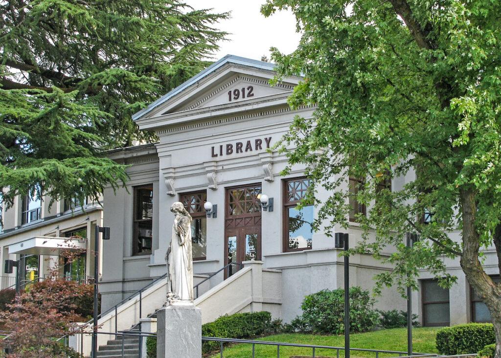 Le bâtiment de la bibliothèque Carnegie de 1912, restauré en 2003, sert maintenant de bibliothèque pour enfants, située à Ashland, dans l'Oregon.