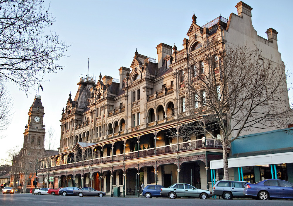 Showing the heritage town of Bendigo. Photo of the Shamrock Hotel, Bendigo