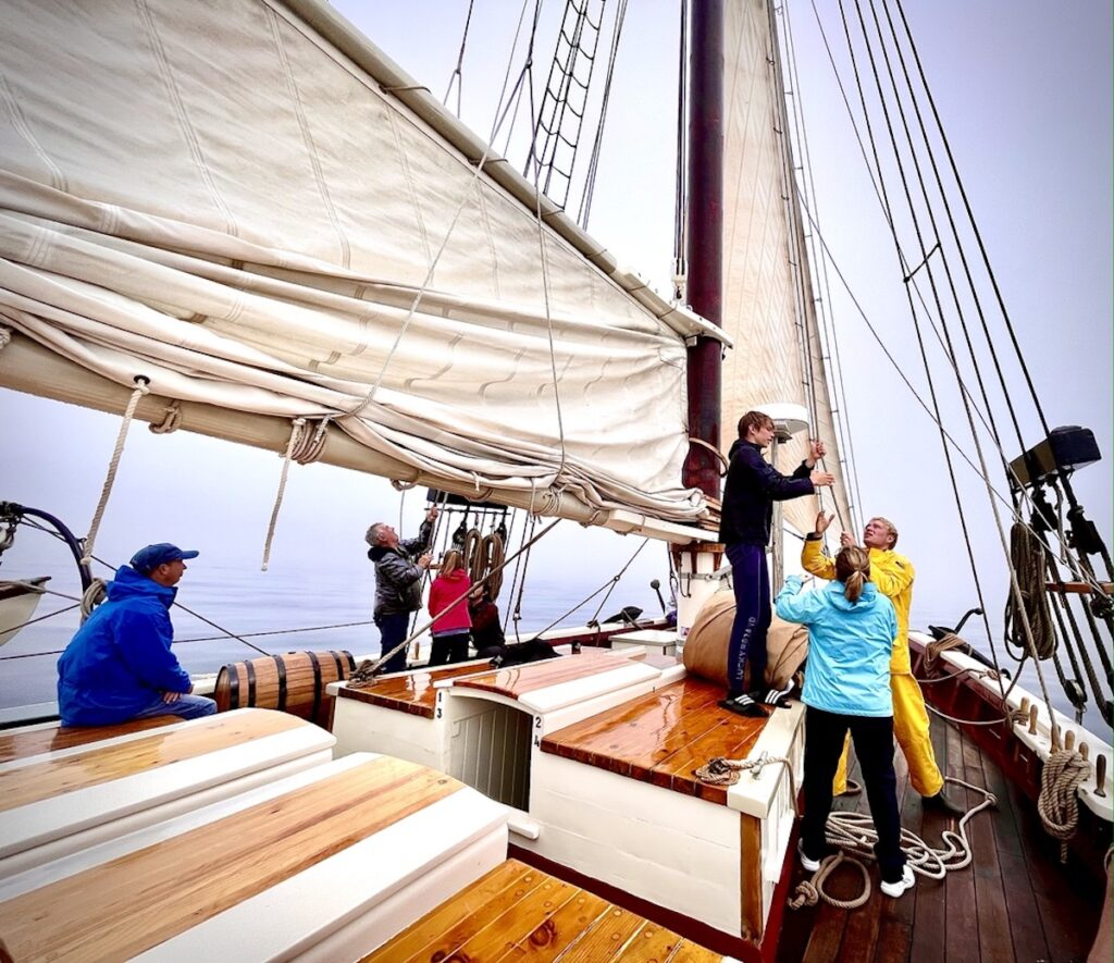 The passengers and crew help sail The Riggin.