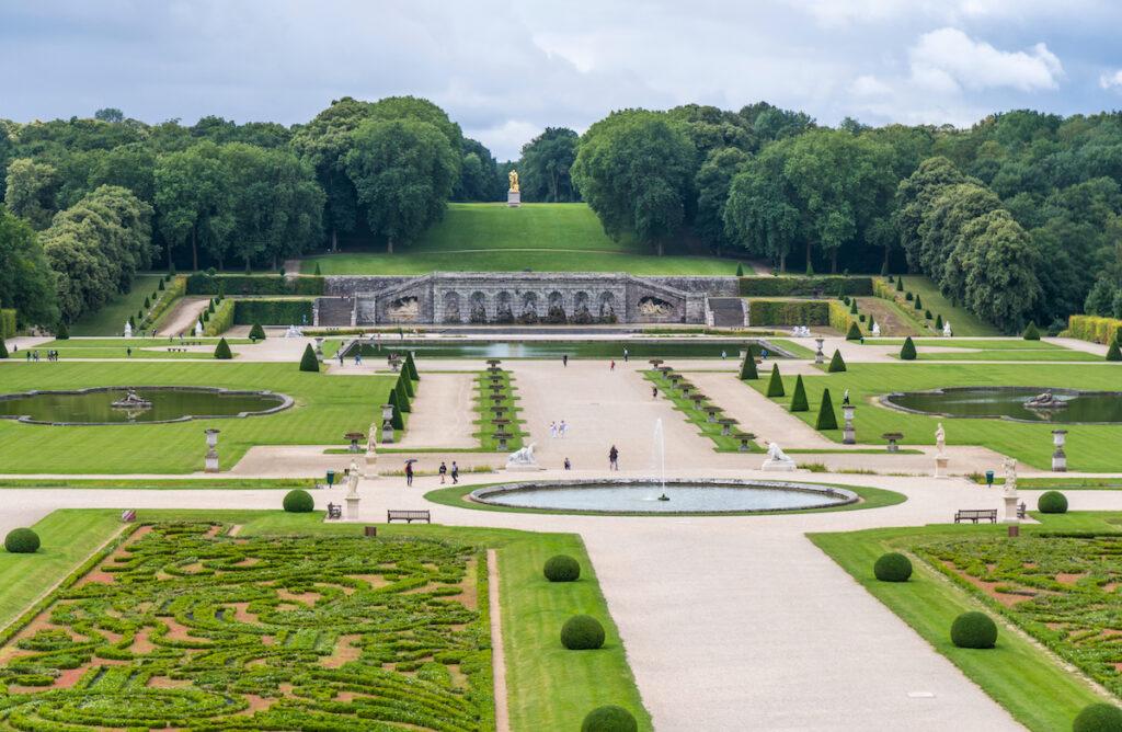 Parc de Vaux Le Vicomte avec les visiteurs à pied.