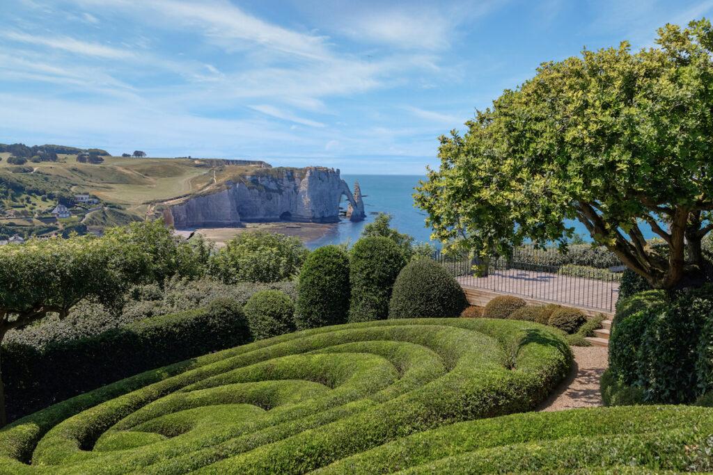 Vue panoramique sur les jardins d'Étretat avec littoral avec falaises de craie blanche depuis les jardins supérieurs.