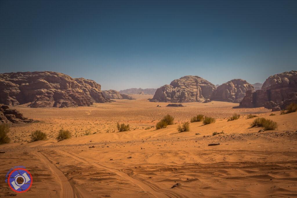 بيئة الرمال الحمراء في وادي رم ، الأردن.