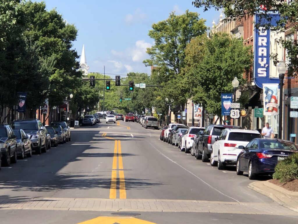 Main street in Franklin, Tennessee filled with cars and visitors.