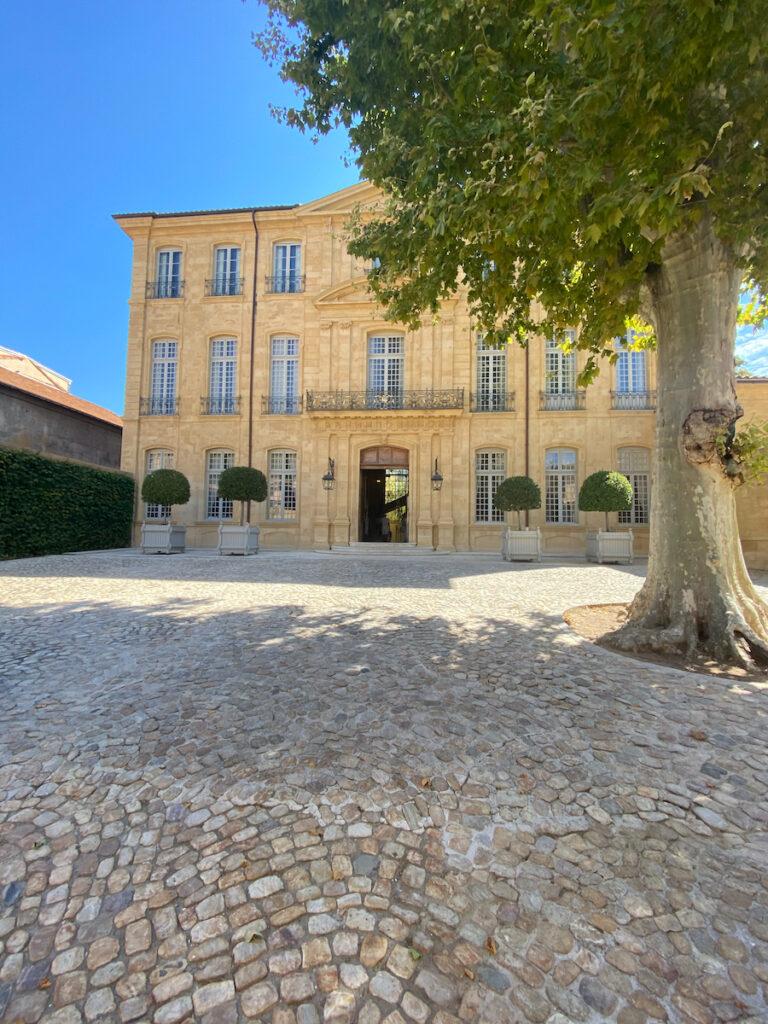 Dans la cour intérieure de l'Hôtel de Commandement ;  Aix-en-Provence, France