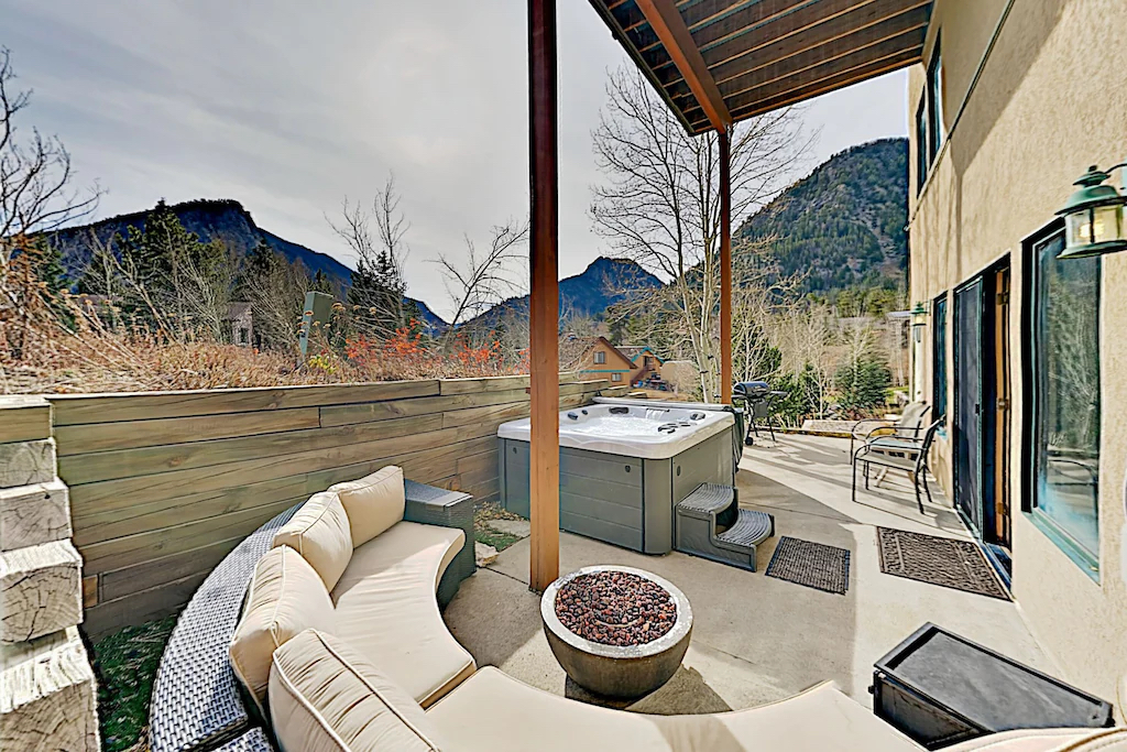 Studio with mountain views and fireplace