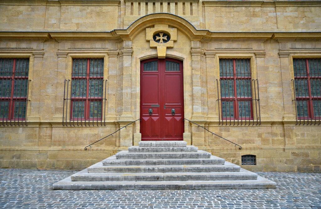 Vue de la façade de la Muse Granit à Aix-en-Provence, France