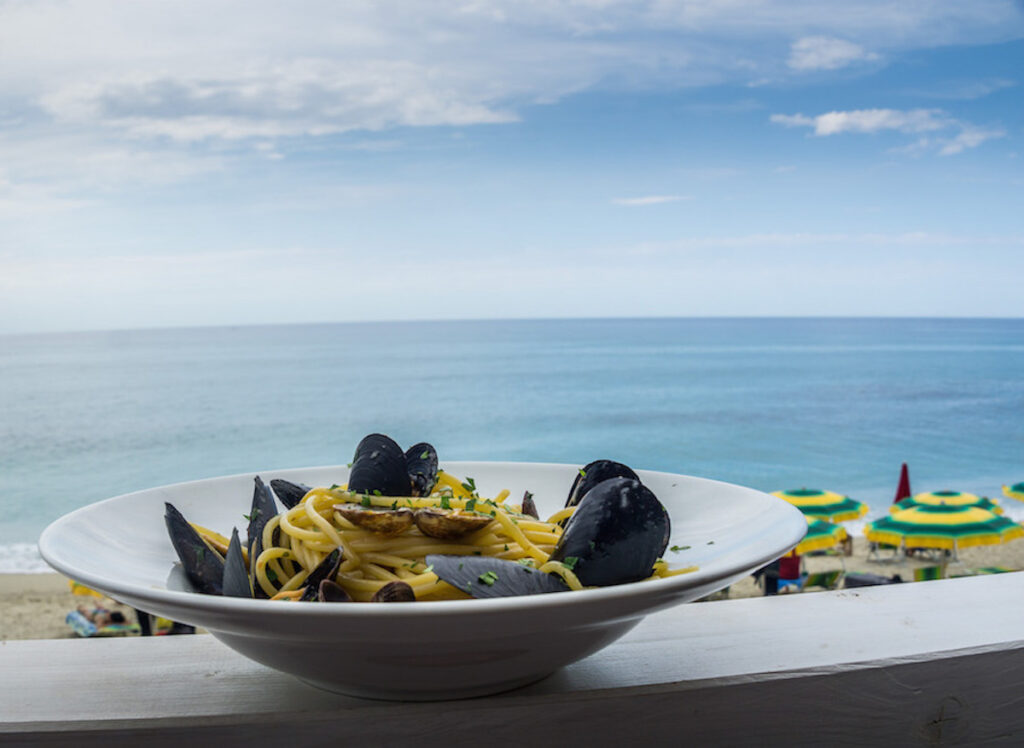 Spaghetti con le cozze (with mussels) eaten by the sea in Tropea.