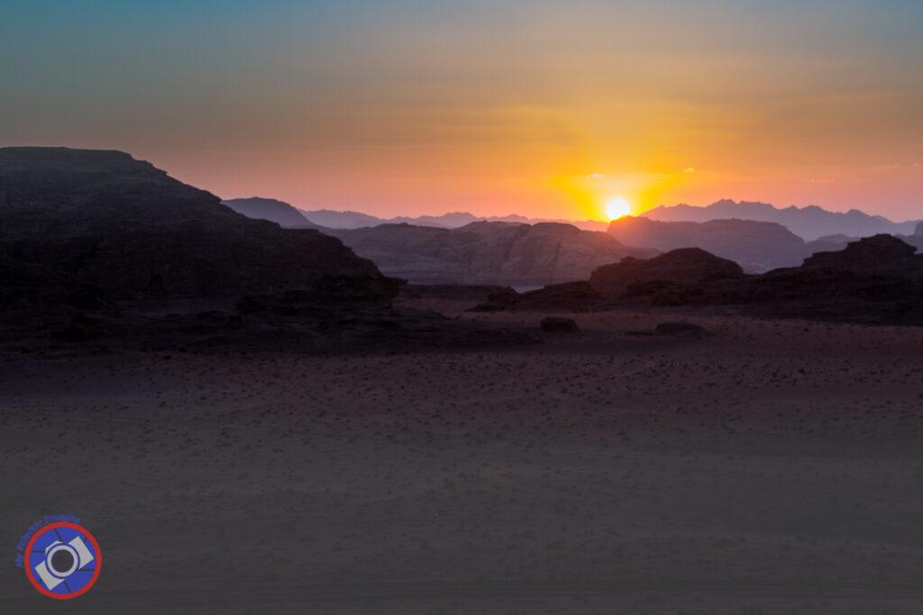 غروب الشمس في وادي رم ، الأردن.