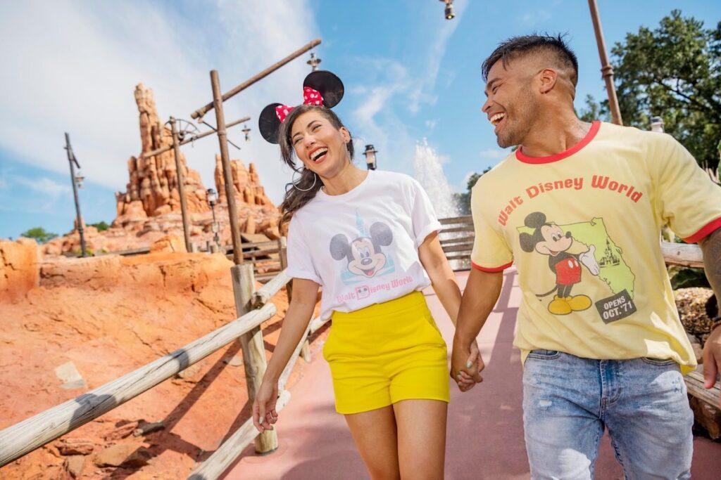 Deux modèles présentent la nouvelle collection Vault qui sera lancée en octobre à l'occasion du 50e anniversaire de Disney.