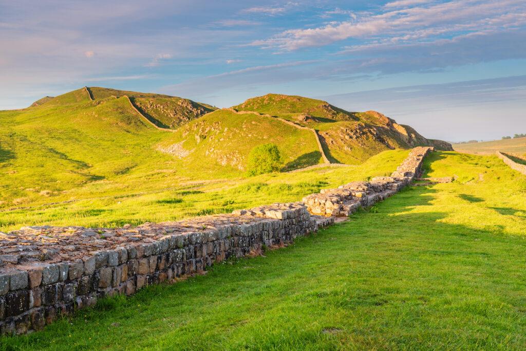 Spazio gay sul muro del sito Patrimonio dell'Umanità di Adriano nel bellissimo Parco Nazionale di Northumberland.  Sentiero del Vallo di Adriano.