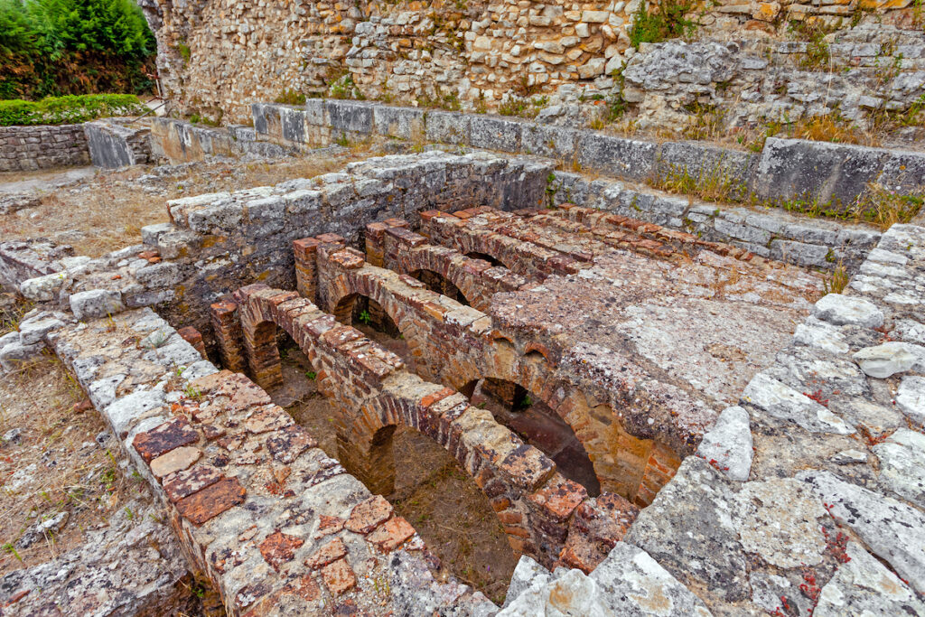 Il sistema hypocast viene utilizzato per riscaldare l'acqua nella camera di calcedonio nelle terme romane del muro.