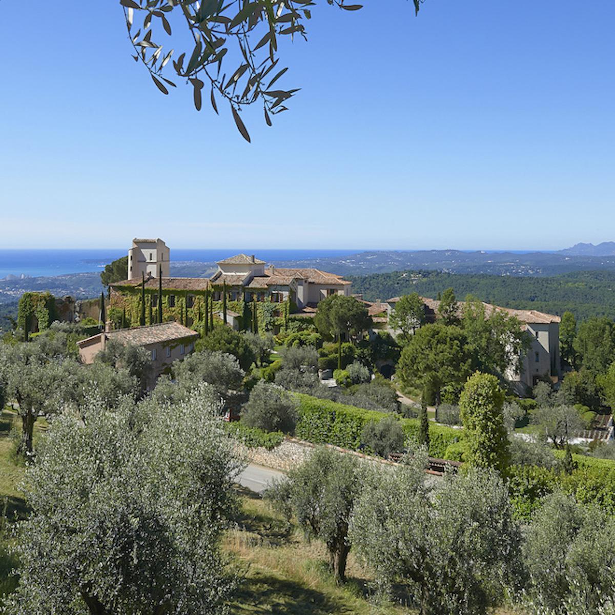 Château Saint-Martin & Spa in the surrounding landscape, Lacave, France